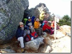 13今日は寒気が入り寒い、岩陰で昼食