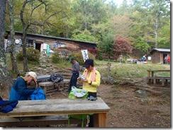 26富士見平小屋前にて休憩です