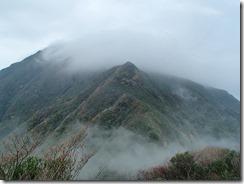 06御岳は雲の中、一旦急な下りから急登の上りになります
