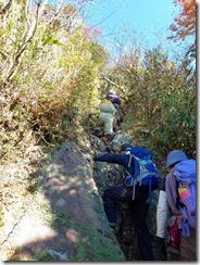 30鎖を利用しながら岩場の上り、上りより下りが危ないかな?