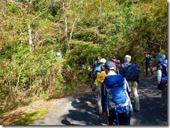 03林道を5分位で急カーブの所に水源地保護の看板、登山道取付