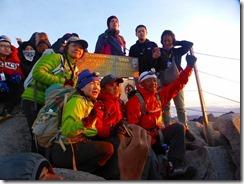 28朝日を浴びたメンバー、でも登山者が多く山頂では全体写真が無理でした