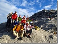 32キナバル山をバックにやっと集合写真です
