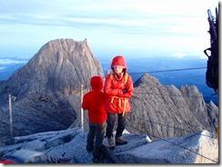 25山頂到着、日の出を待ちます