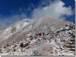 08三俣山を見ながらスガモリ越へ登っていきます