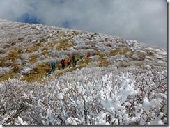 19霧氷の中を本峰への上り