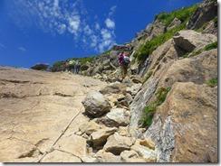 2-14一枚岩に沿って登ります