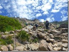 2-11巨石を登っていきます。山頂が見えてきました