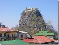 2-09ポッパ山麓のタウンカラッの岩峰(聖山)