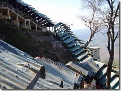 2-22上ってきた階段、参道の屋根