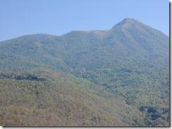 2-21タウンカラッから見るポッパ山、中腹に泊まったホテルがあります