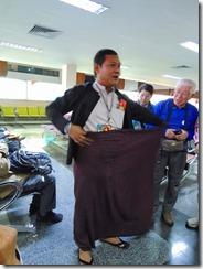 2-01ガイドさんが民族衣装のロンジー着付け教室
