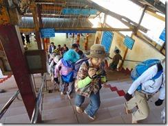 2-11ミャンマーでは寺院に入る時は裸足です。短パンなども駄目です