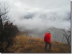 12雲海に見とれての登山道