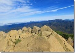 12遠くに火打山(右)、妙高山(左)