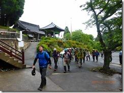 02法安寺境内を歩く泉ガイドとメンバー