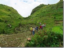 15登山道ですが畦道です、周囲にはキャベツが植えられています