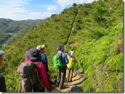 26尾根へ延びる急登の登山道IMG_2436