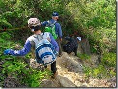 18ロープが張られた岩場を下山IMG_2401