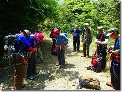 04登山口前で装備点検