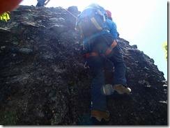 08岩壁を登ります、下から撮影、足がかりがないので苦労します