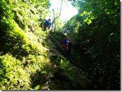 14うまくステップをロープを利用して岩稜下りです