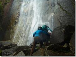 2-14行縢の滝壺へ行きました、岩はしぶきで濡れていて慎重に進みます
