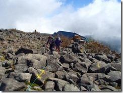 5-10蓼科山山頂は岩だらけP9152929