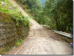 1-01登山口手前4kmで崩落土砂が均されてなくてバス車体が閊えるため歩くことにした