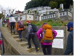 03八郎岳登山口、登山開始、お墓の前を抜けます