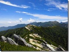 2-17燕山荘を振り返る、大天井岳、常念岳も視野に。