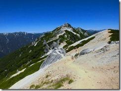 2-12白砂の登山道を燕岳に向かいます