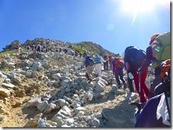 2-08一の越山荘~雄山間は長蛇の列、小学生グループが2団体