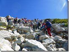 2-09ゴツゴツした岩場の急登を上ります