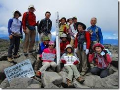 2-13蓼科山、登頂写真、中心に日本百名山達成のHOさん