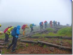 4-07階段状の登山道を登っていきます