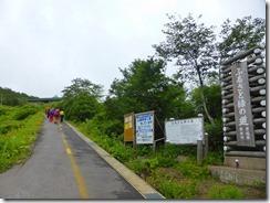 4-02登山口、最初は舗装された道