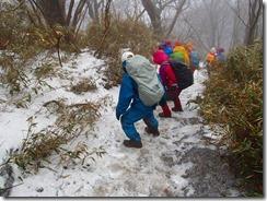 13凍った残雪は転倒しないように下ります