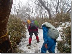 07残雪が凍っていて慎重に進みます