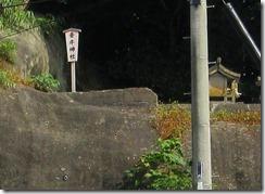 05道路の向こうに牽牛神社が