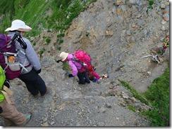 3-07千枚岳からの急崖の下り難所です、上から見る
