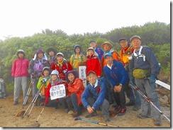 4-04樅沢岳の登頂写真、このあたりに美味しいタカネイチゴが一杯あるんだけどね~