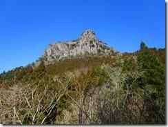 23林道からカニのハサミ岩を見る