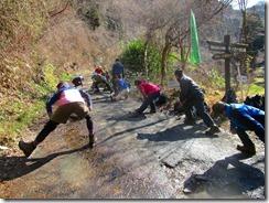 02登山前のストレッチ、矢谷橋まで林道歩きです