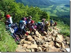 2-07歩きにくい岩場を登っていきます、この蛇紋岩は雨時は滑るので大変です