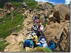 2-17マナーで登山道を開けているサンサン山倶楽部のメンバー、さすがだね
