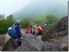 07沓掛山の危険な岩場を通過(2)