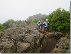 06沓掛山の危険な岩場を通過