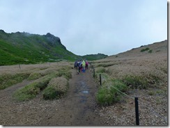 11西千里ヶ浜を歩くメンバー、左先は星生崎