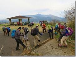 1-44俵山展望園地に下山、靴に着いた土を落としています